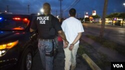 Petugas imigrasi AS (ICE) menahan seorang imigran gelap (foto: dok).