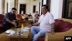 Cựu Thống đốc bang New Mexico Bill Richardson (phải) ngồi trong khách sạn sau một cuộc họp báo ở Havana, Cuba