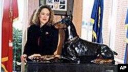 巴哈利创作的军犬纪念碑在1994年完成