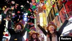 在美國紐約時代廣場歡慶新年到來的民眾。(2020年1月1日)