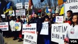 Những người ủng hộ Ukraina tụ họp trước Toà Bạch Ốc tại Washington, DC