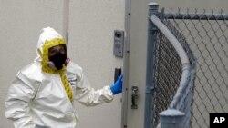 Сотрудник службы безопасности в защитном костюме проверяет правительственный почтовый узел. Хайатсвилл, Мэриленд. 17 апреля 2013 года