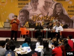 Kaum muda lintas agama mengikuti diskusi merawat kebhinnekaan dan kerukunan di Balai Paroki St. Aloysius Gonzaga, Surabaya. (Foto: VOA/Petrus Riski).