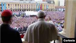 """""""Vengo a aprender de ustedes, de su fe, de su diversidad ante la adversidad"""": dice el papa Francisco en la Plaza de Bolívar, Bogotá. Septiembre, 7, 2017."""