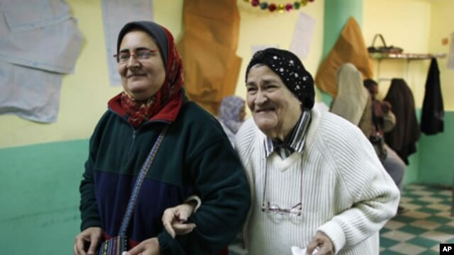 Egyptian women leave a polling station after casting their votes during a parliamentary election in Cairo, November 29, 2011.