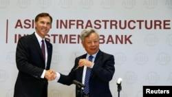 Le président de la BAII, Jin Liqun, et le ministre des finances canadien, Bill Morneau, le 31 août 2016.