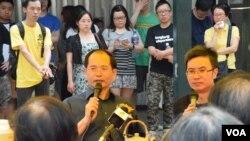 香港復興會主席陳雲(左)最近成立新界東地區辦事處,並舉行街頭論壇。(美國之音湯惠芸拍攝)