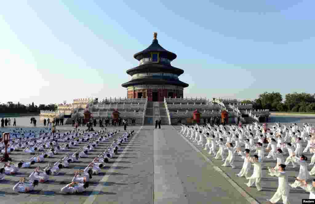 """中国总理李克强和印度总理莫迪参加了2015年5月15日在北京天坛公园举行的太极和瑜伽活动。祈年殿下的广场上,左侧瑜伽操,右侧太极拳。莫迪最近说:""""瑜伽可以让人进入安宁、有创意和令人满足的生活,可以展示如何缓解紧张和焦虑。""""在他的倡导下,联合国于2014年宣布每年的6月21日为国际瑜伽日。"""
