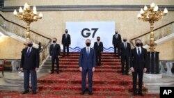 Para menteri luar negeri dari negara-negara anggota kelompok G7 mengenakan masker dan menjaga jarak aman dalam pertemuan di London, Selasa, 4 Mei 2021. (Foto: Stefan Rousseau/Pool via AP)