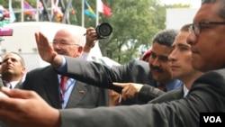 委内瑞拉总统马杜罗(中)向人群挥手致意。(美国之音章真拍摄)