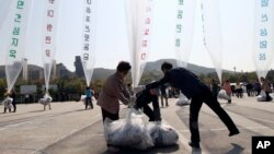 FILE - North Korean defectors prepare to release balloons carrying leaflets condemning North Korean leader Kim Jong Un and his government's policies, Oct. 10, 2014.