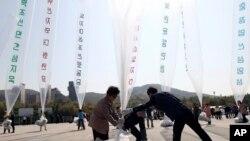 Những người đào tị từ Bắc Triều Tiên chuẩn bị thả bong bóng mang theo truyền đơn lên án lãnh tụ Kim Jong Un và các chính sách của chính phủ Bình Nhưỡng từ Paju, Hàn Quốc, ngày 10/10/2014.