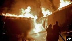 巴基斯坦消防员抢救油罐车灭火