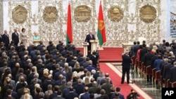 រូបឯកសារ៖ ប្រធានាធិបតីបេឡារុសលោក Alexander Lukashenko ស្បថចូលកាន់តំណែងជាប្រធានាធិបតីនៅក្នុងវិមានឯករាជ្យក្នុងទីក្រុង Minsk នៃប្រទេសបេឡារុស នៅថ្ងៃពុធ ទី២៣ ខែកញ្ញា ឆ្នាំ២០២០។
