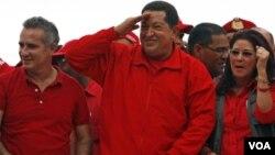 El legislador Freddy Bernal, uno de los acusados, a la izquierda del presidente Hugo Chávez.