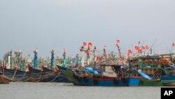 Tàu bè vào bờ để tránh bão tại Đà Nẵng, ngày 10/11/2013.