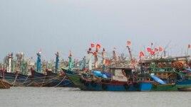 မုန္တုိင္းကာကြယ္ၿပီး ငါးဖမ္းေလွေတြကို ေဘးလြတ္ေအာင္ ေရႊ႕ေျပာင္းထားတဲ့ ဗီယက္နမ္ႏိုင္ငံ၊ Danang ၿမိဳ႕ရဲ႕ ဆိပ္ကမ္းျမင္ကြင္း။ (ႏုိဝင္ဘာ ၁၀၊ ၂၀၁၃)