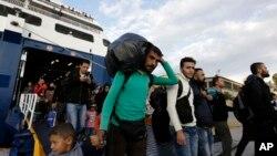 Des refugiés débarquent sur l'ile grecque de Lesbos, le 30 septembre 2015
