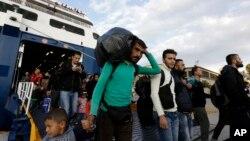 Para pengungsi tiba di pelabuhan Piraeus di Athena dengan menggunakan kapal feri dari Pulau Lesbos, Yunani, Rabu (30/9).
