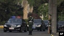 북한 김정은 제1위원장의 특사 자격으로 중국을 방문 중인 최룡해가 탄 차량(가운데)가 24일 숙소인 베이징 조어대를 출발하고 있다.