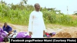 Le pasteur Ntumi, en soutane, avec quelques de ses adeptes dans son fief à Soumouna, dans la région du Pool, Congo. (Archives)