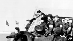 """歷史資料:兩位被定為""""歷史反革命""""的男子被遊街批鬥。 (1967年6月8日)"""
