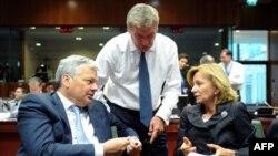 Španska ministarka finansija Elena Salgado (desno) na sastanku ministara finansija EU u Briselu rekla da se solidariše sa ženom koja je optužila predsednika MMF-a Dominika Stros Kana za seksualno zlostavljanje, 17. maj 2011.