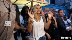 La cantante llegó el viernes de manera sorpresiva a Walmart en Massachusetts.