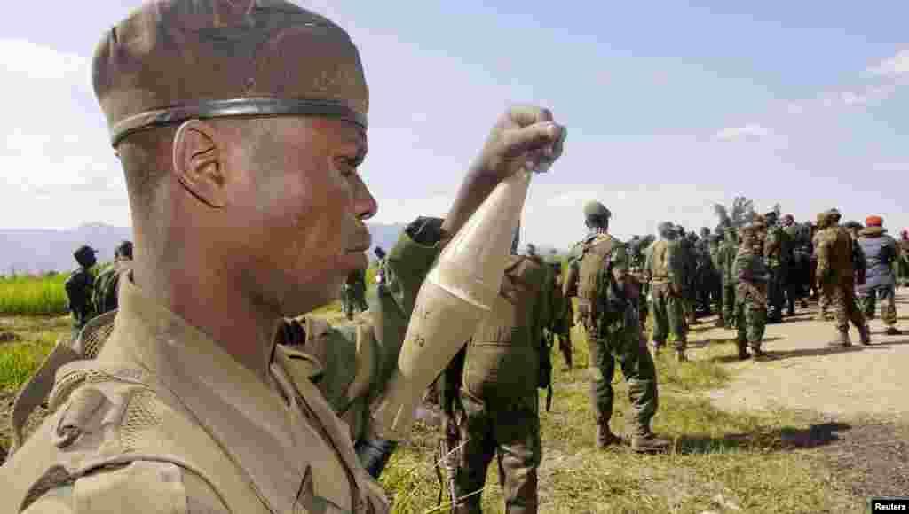 سربازان ارتش کنگو در روشورو، منطقه ای که پیشتر در کنترل شورشیان گروه ام ۲۳ بود - ۱۸ نوامبر ۲۰۱۳