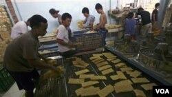 Pekerja mengemas mie hasil produksi industri rumah tangga di Jakarta Indonesia, (04/20)
