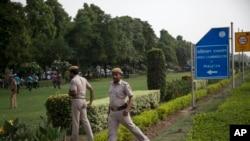 Polisi India mengamankan area di luar kantor Komisi Tinggi Pakistan di New Delhi (foto: ilustrasi).
