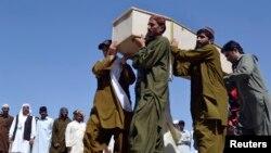 파키스탄 퀘타 시에서 23일 차량 폭탄 테러로 사망한 희생자의 관을 가족들이 운구하고 있다.