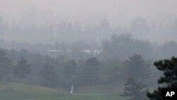 지난 6일 중국 베이징 외곽의 골프 연습장에서 바라본 도심. 뿌연 스모그에 덮여있다.
