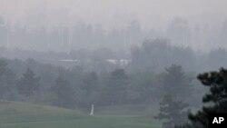 Nạn ô nhiễm do đà phát triển nhanh chóng và việc sử dụng quá nhiều than, tác động tới nhiều khu vực rộng lớn của Trung Quốc.