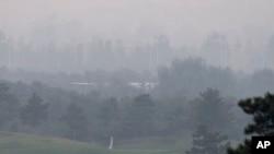 北京郊区一个高尔夫球场被浓雾所笼罩(资料照)