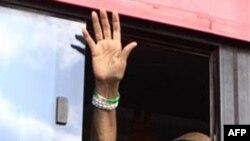 Tổng thống Liberia Ellen Johnson Sirleaf chào những người ủng hộ từ cửa số một chiếc xe buýt