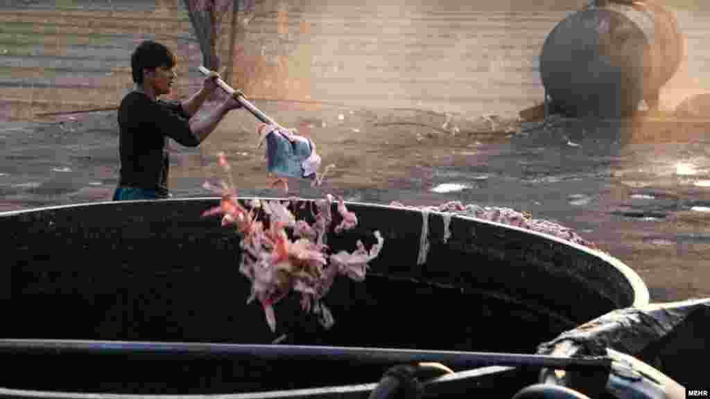 عجیب ولی واقعی؛ افراد سودجو با راه اندازی کارگاه های غیر مجاز در حومه تهران به تولید مواد اولیه لوازم آرایشی در فضاهای نامناسب و آلوده اقدام میکنند. آنطور که در گزارش تصویری خبرگزاری مهر آمده، از آشغالهای برجای مانده از گوشت مرغ در تهیه این لوازم آرایشی استفاده می شود. عکس: محمود رحیمی، مهر