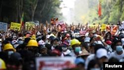 緬甸大批示威者2021年2月22日在仰光抗議軍政府統治(路透社)