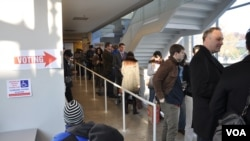 Des électeurs attendant de voter au quartier Shaw de Washington, D.C.(H.S. Fente/VOA)