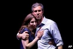 Beto O'Rourke, candidato demócrata al Senado de EE.UU. por Texas, que fue derrotado por el actual senador Ted Cruz, es visto junto a su esposa, Amy Sanders, durante la noche de la elección el martes, 6 de noviembre de 2018, en El Paso, Texas.