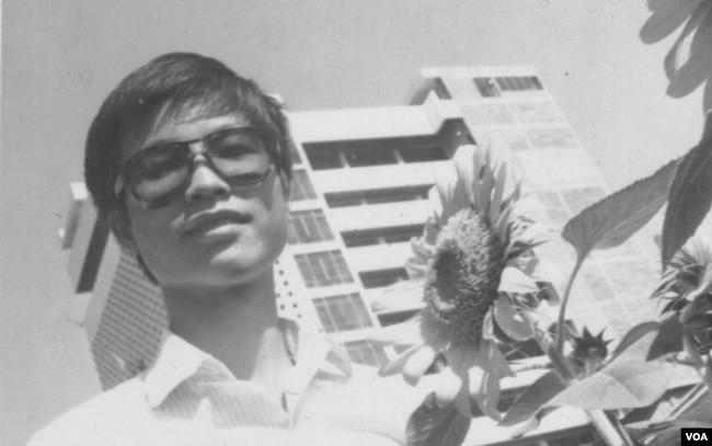 Hình kỷ niệm của tác giả tại chợ hoa Nguyễn Huệ, trước ngân hàng Việt Nam Thương Tín (Ảnh gia đình)