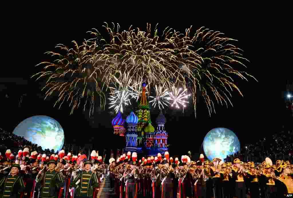 ក្រុមតន្រ្តីយោធាមកពីប្រទេសផ្សេងៗគ្នាសម្តែងក្នុងពិធី Spasskaya Tower International Military Music Festival នៅទីលាន Red Square ក្នុងក្រុងមូស្គូ ប្រទេសរុស្ស៊ី កាលពីថ្ងៃទី២៧ ខែសីហា ឆ្នាំ២០១៦។