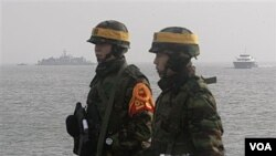 Marinir Korea Selatan patroli di pulau Yeonpyeong, Korea Selatan, 17 Desember 2010.