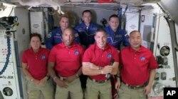 Bốn phi hành gia từ tàu SpaceX Dragon vừa đến trạm ISS.