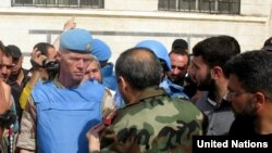 Mayor Jendral Robert Mood (tengah) di kota Al-Rastan, privinsi Homs,Suriah (Foto: dok).