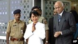 13일 인도 뉴델리의 인디라 간디 국제공항에 도착한 버마 민주화 운동 지도자 아웅산 수치 여사(가운데).