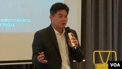 លោក Freddie Tinga ស្ថាបនិកក្រុមហ៊ុន Global Electric Transport និងជាអតីតចៅហ្វាយក្រុង Taguig ថ្លែងនៅក្នុងកម្មវិធីផ្ដួចផ្ដើមសហគ្រិនភាពមួយ ក្រោមឈ្មោះថា «Urban Mobility Incubator» នៅក្រុងភ្នំពេញ កាលពីថ្ងៃសៅរ៍ ទី២៩ ខែកញ្ញា ឆ្នាំ២០១៨ (ណឹម សុភ័ក្រ្តបញ្ញា/VOA)