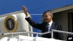 Tổng thống Barack Obama vẫy tay chào từ chuyên cơ Air Force One tại Căn cứ Không quân Andrews, ngày 23 tháng 3, 2012.