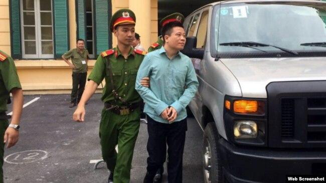 Ảnh chụp màn hình từ trang Tuổi Trẻ Online - Bị cáo Hà Văn Thắm được đưa đến phiên tòa (Ảnh: TÂM LỤA)