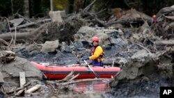 L'un des secouristes participant aux recherches à Oso, dans l'Etat de Washington